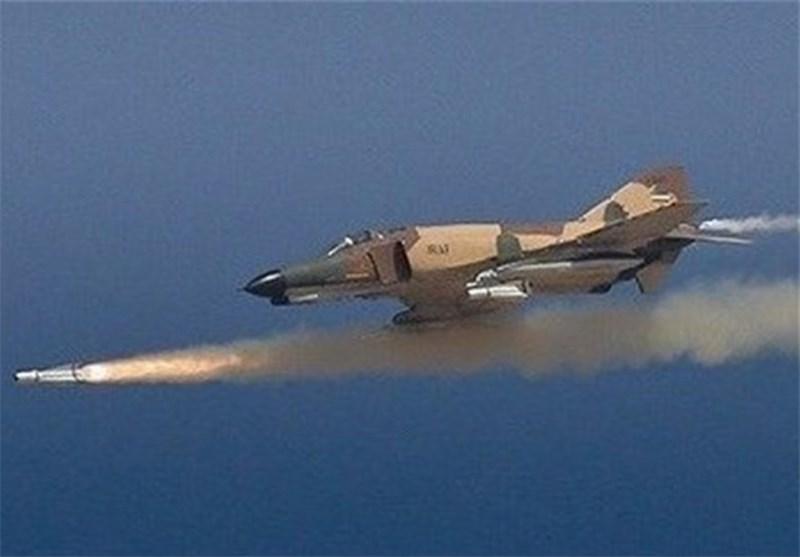 مقاتلات الجیش وقاذفات القنابل سوخوی 24 تدمر بصواریخ متطورة الأهداف البریة للعدو الوهمی
