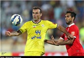 قربانی: حسینی حداقل 3 و حداکثر 4 هفته از میادین فوتبال دور خواهد بود