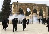 عشرات المستوطنین وجنود الکیان الصهیونی یقتحمون باحات الأقصى