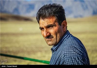 ذکرالله بوچانی معلمی است که به صورت داوطلبانه به تدریس کوچ نشینان عشایر می پردازد .این معلم مسافتهای طولانی جاده خاکی را می پیماید و حتی در فصل کوچ عشایر به مناطق دیگر, با آنها همراه میشود.