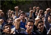 دانشجویان و خانواده شهدا در اعتراض به برجام مقابل مجلس تحصن کردند