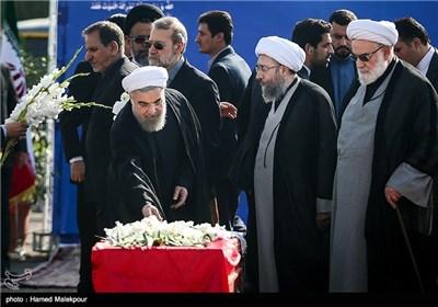 نثار گل بر پیکرهای جانباختگان فاجعه منا توسط حجتالاسلام حسن روحانی رئیس جمهور