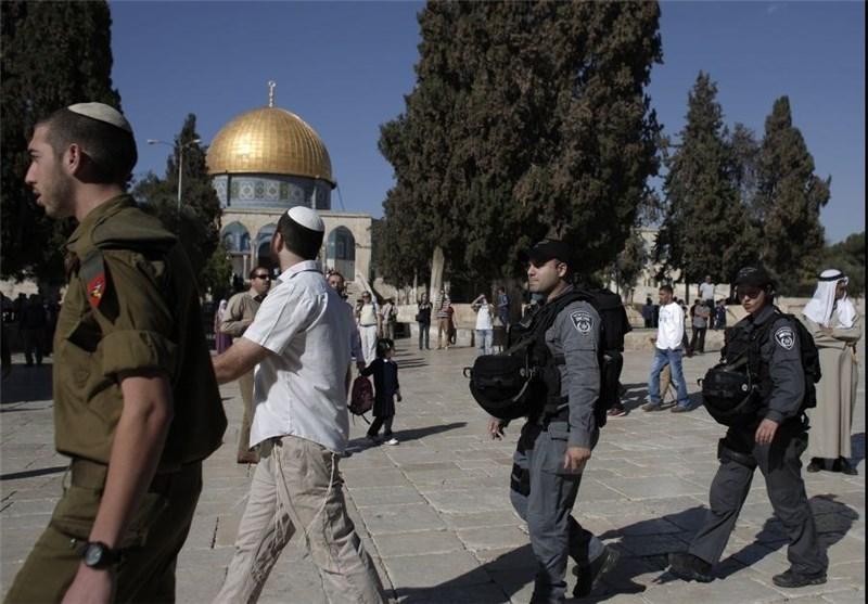 مستوطنون صهاینة یقتحمون المسجد الأقصى والمرابطون یتصدون لهم