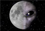 رواد فضاء یصورون طبقا طائرا على سطح القمر
