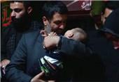 بیقراری طفل شهید مدافع حرم، دور از آخرین آغوش پدر + فیلم
