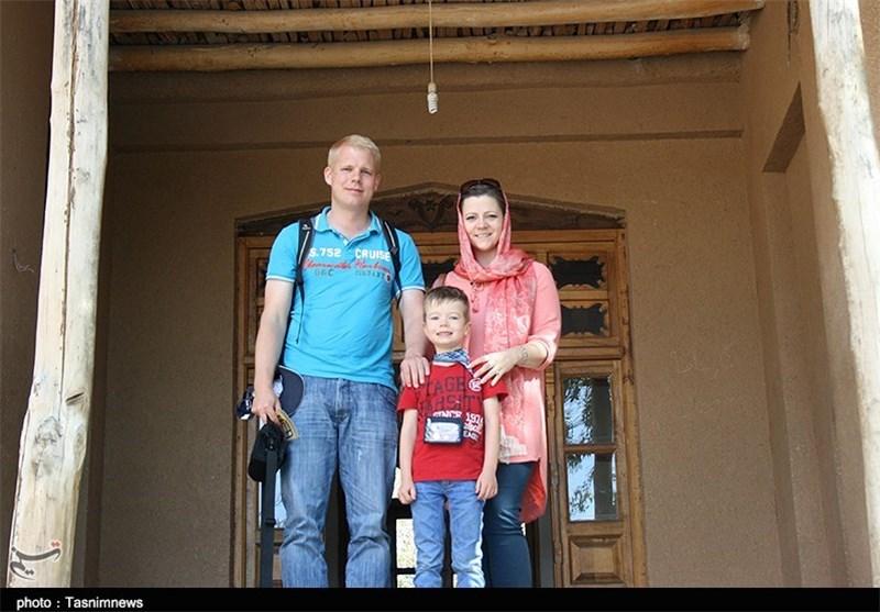 بازدید توریست آلمانی از بیت امام در خمین به روایت تصویر