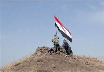 اهتزاز پرچم سوریه بر تپه الزویک در حومه شمالی لاذقیه