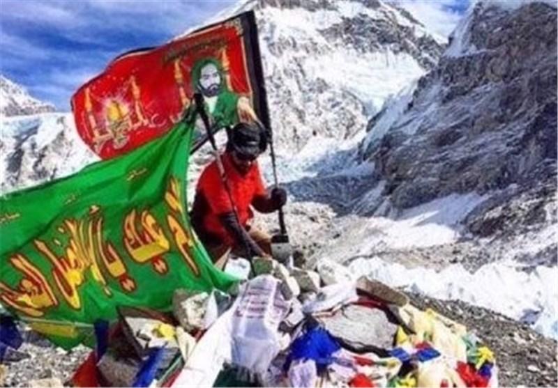 پرچم امام حسین بر فرار قله اوروست
