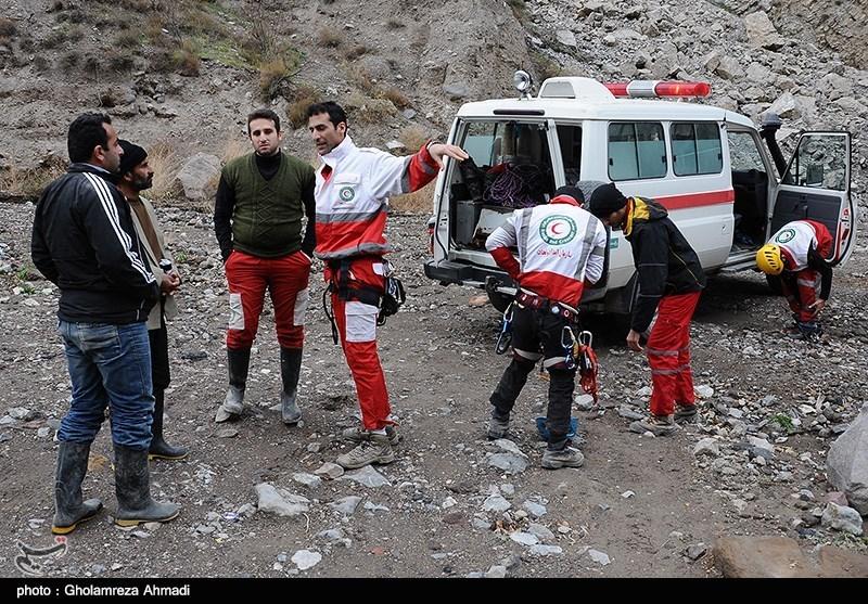 تجسس امدادگران و نیروهای محلی برای یافتن اجساد قربانیان سانحه سقوط مینی بوس زائران در جاده هراز