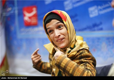 حضور فاطمه حمامی نقاش معلول در خبرگزاری تسنیم