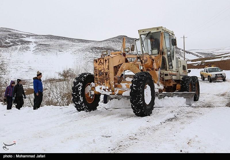 برف بیشتر راههای روستایی در سرعین و اردبیل را مسدود کرد/احتمال بازگشایی تا فردا صبح