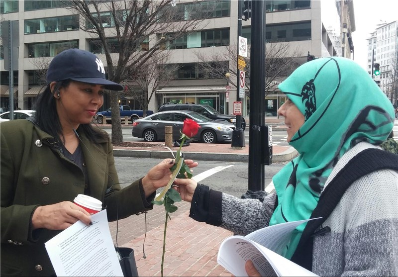 Muslims in Washington Hand out Roses on Christmas Day