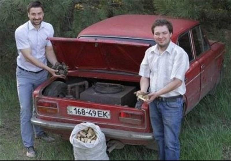 لمواجهة ارتفاع اسعار البنزین ..الأوکرانیون یقومون بتعدیل السیارات لتعمل على الحطب +صور