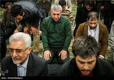 اقامه نماز ابراهیم حاتمیکیا در سی و چهارمین جشنواره فیلم فجر - برج میلاد