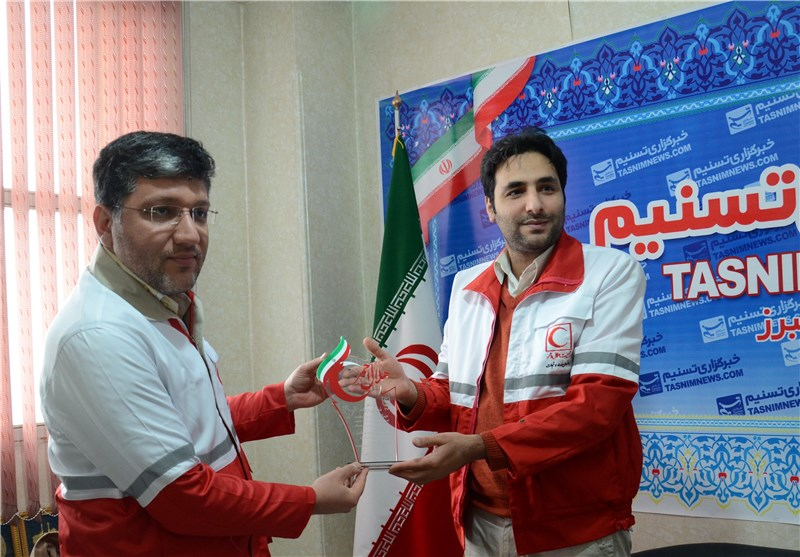 تندیس جمعیت هلال احمر به مدیر دفتر تسنیم در استان البرز اهدا شد