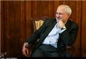 """ظریف با """"پفک نمکی"""" نمایش مضحک آمریکا را به تمسخر گرفت+عکس"""