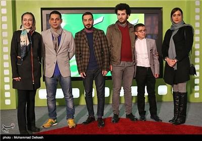 عکس یادگاری عوامل فیلم سینمایی ابد و یک روز در غرفه خیریه کتایون ریاحی در کاخ مردمی جشنواره فیلم فجر