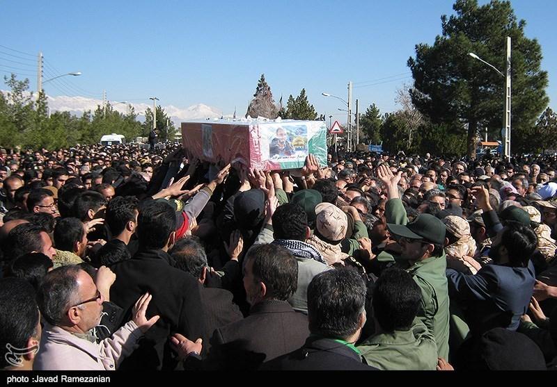 """پیکر مطهر شهید""""مرتضی ترابی"""" بر دستان نمازگزاران جمعه همدان تشییع شد"""