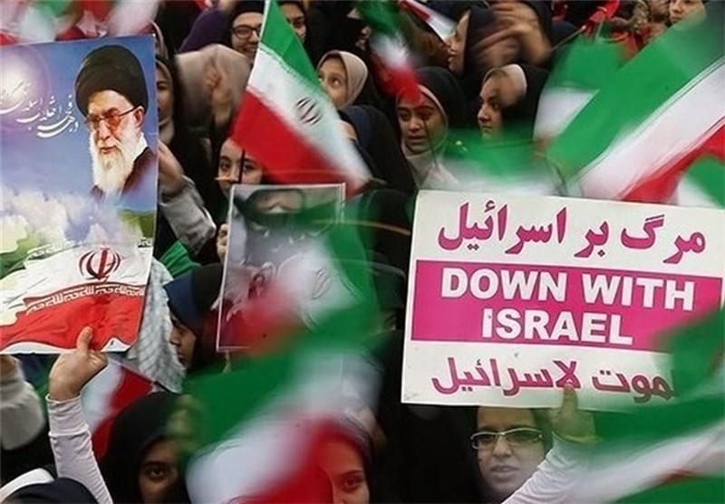 المتظاهرون بذکرى فجر الانتصار یدوسون علم أمریکا و«اسرائیل» تحت أقدامهم
