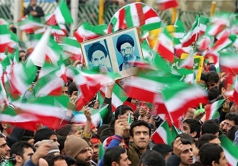 المتظاهرون فی طهران یحملون صور شهداء الدفاع عن المراقد المقدسة فی مسیرات بهمن