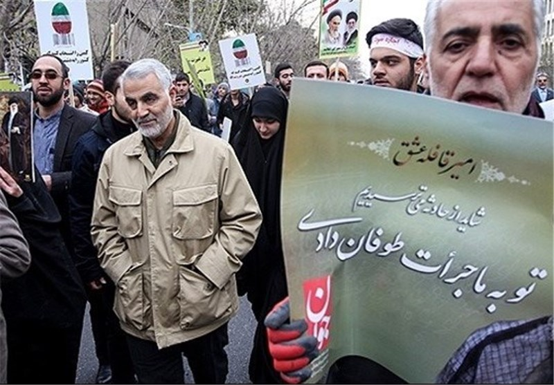 اللواء قاسم سلیمانی فی مسیرات 22 بهمن بطهران + صور