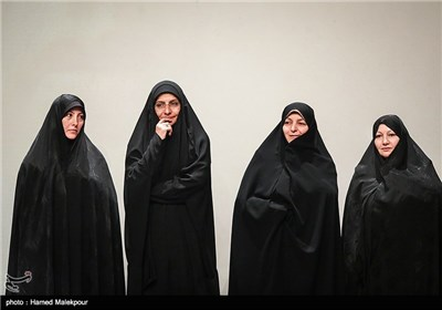 همسران شهیدان علیمحمدی، شهریاری، رضایینژاد و احمدیروشن در مراسم تجلیل از ابراهیم حاتمیکیا کارگردان فیلم بادیگارد