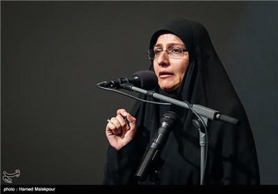 گریهی همسر شهید داریوش رضایینژاد در مراسم تجلیل از ابراهیم حاتمیکیا کارگردان فیلم بادیگارد