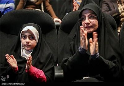 همسر شهید داریوش رضایینژاد و فرزندش آرمیتا در مراسم تجلیل از ابراهیم حاتمیکیا کارگردان فیلم بادیگارد