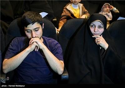 همسر شهید مجید شهریاری و فرزندش محسن در مراسم تجلیل از ابراهیم حاتمیکیا کارگردان فیلم بادیگارد