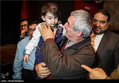 فرزند یکی از شهدای مدافع حرم در آغوش ابراهیم حاتمیکیا کارگردان فیلم بادیگارد