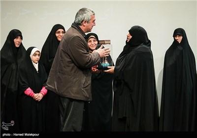 همسر شهید حسن طهرانیمقدم به نمایندگی از همسران شهدای هستهای و مدافع حرم از ابراهیم حاتمیکیا کارگردان فیلم بادیگارد تقدیر کرد