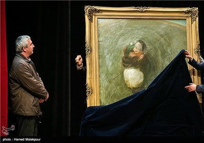 اهدای تابلوی نقاشی حضرت ابالفضل العباس(ع) اثر حسن روحالامین به ابراهیم حاتمیکیا کارگردان فیلم بادیگارد