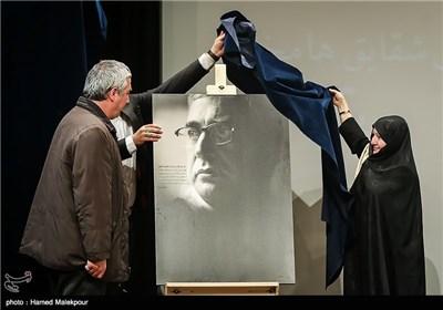 رونمایی از تابلوی عکس ابراهیم حاتمیکیا کارگردان فیلم بادیگارد با دست خطی از شهید سیدمرتضی آوینی درباره وی