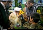 عکس/ بوسه آیت الله جنتی بر پرچم مدافعان حرم
