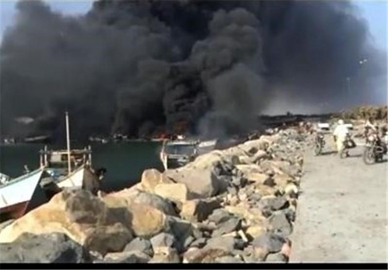 هستیریة العدوان السعودی تحرق الموانئ والسفن والزوارق فی تعز +فیدیو