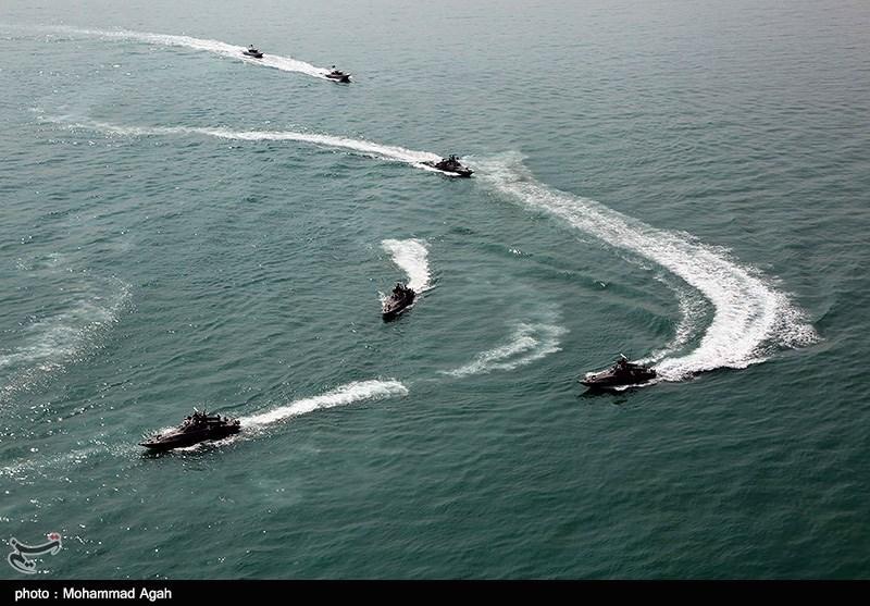 عرض عسکری کبیر لسفن ومقاتلات الجیش وحرس الثورة الاسلامیة فی الخلیج الفارسی