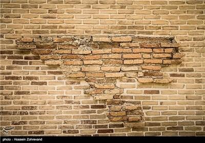 مرمت دیوار مدرسه که در سال 1385 به اتمام رسیده است