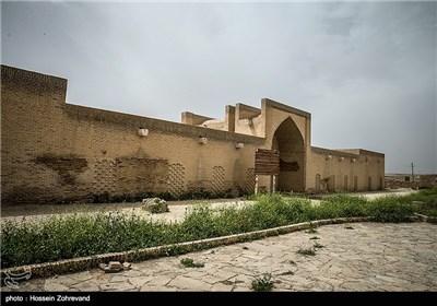 این بنا که در 20 کیلومتری بهبهان و در جاده شیراز ـ بهبهان و در روستایی به نام خیرآباد قرار دارد با وجود موقعیت خوب و مرمت شدن آن در سال 1385 و آمادگی برای بهرهبرداری به حال خود رها شده و به خاطر معرفی نشدن خالی از بازدیدکننده است.