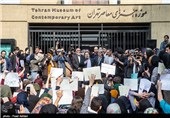 تجمع هنرمندان تجسمی در مقابل موزه هنرهای معاصر
