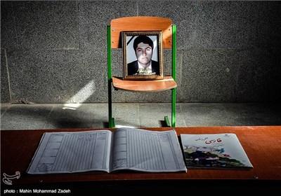 تصویر حمیدرضا گنگوزهی معلم فداکار سیستان و بلوچستانی در کلاس درس مدرسه رحیمی