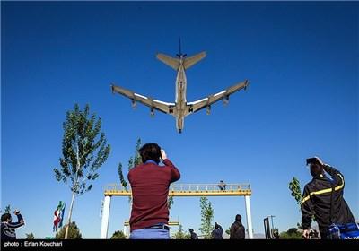 هواپیمای سوخت رسانی در حال فرود در فرودگاه مهرآباد
