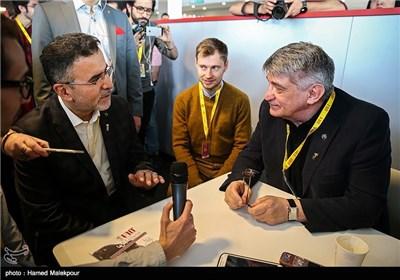 الکساندر سوکوروف فیلمساز سرشناس روسی و حجتالله ایوبی رئیس سازمان سینمایی در اولین روز سی و چهارمین جشنواره جهانی فیلم فجر