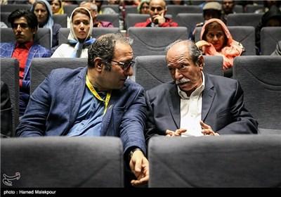 حضور علی نصیریان بازیگر فیلم گاو برای نمایش این فیلم در اولین روز سی و چهارمین جشنواره جهانی فیلم فجر
