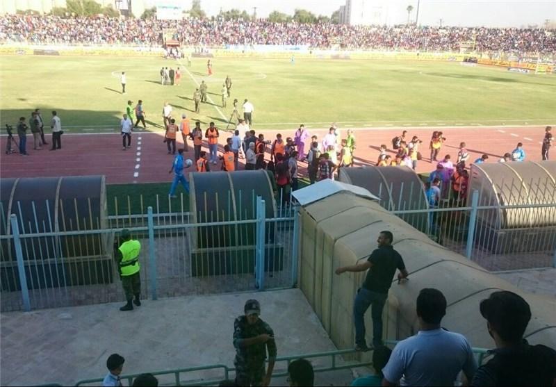 حواشی بازی استقلال اهواز - پرسپولیس ، تاخیر بازی به علت سنگ پرانی و احتمال لغو بازی