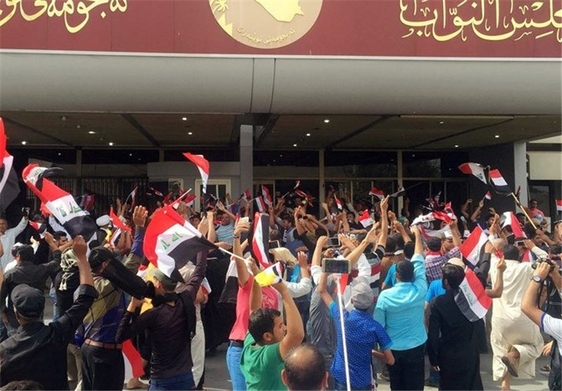 ورود طرفداران مقتدا صدر به پارلمان عراق