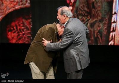 بوسه پرویز پرستویی بر دست علی نصیریان در جشن پایان سریال شهرزاد