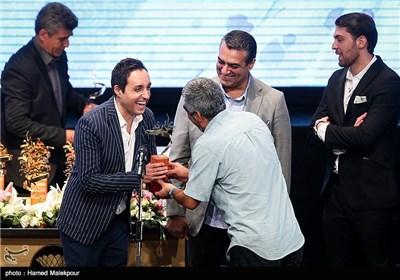 تقدیر از امیرحسین رستمی توسط سروش صحت در جشن پایان سریال شهرزاد