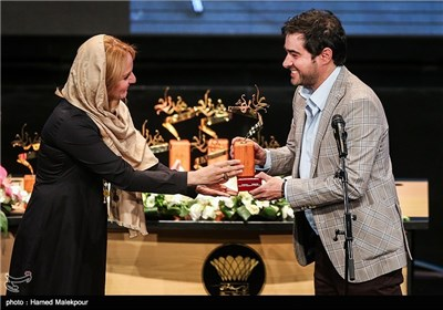 تقدیر از شهاب حسینی توسط مهناز افشار در جشن پایان سریال شهرزاد