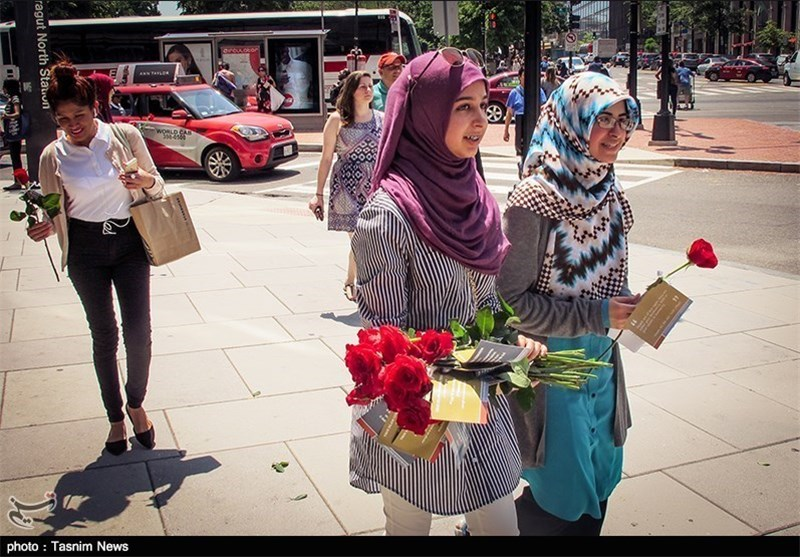 US Muslims Hand Out Roses to Promote Islam's Message of Peace