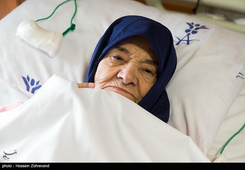 مادر جاوید الاثر حاج احمد متوسلیان در بیمارستان